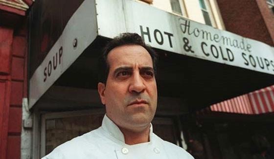 """""""Al"""" em frente a loja com a fachada antes da marca mudar para """"The Original Soup Man"""""""