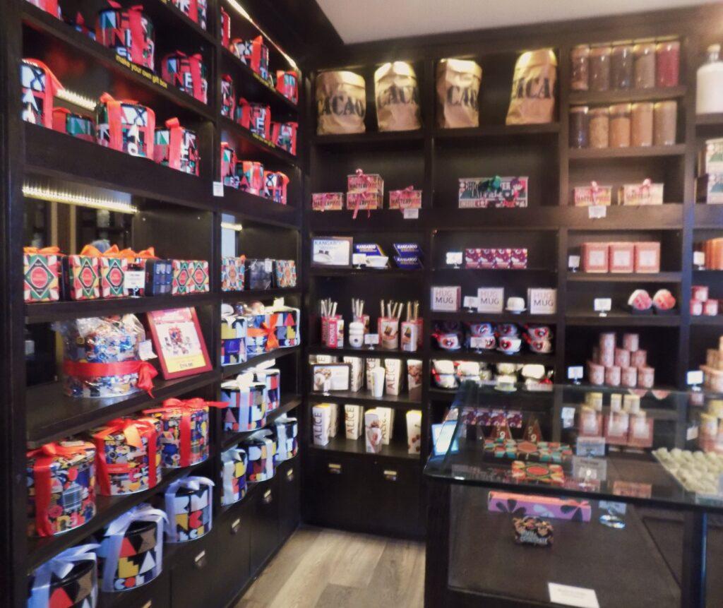 Foto bem mal feita da lojinha. Muita variedade em canecas e chocolates
