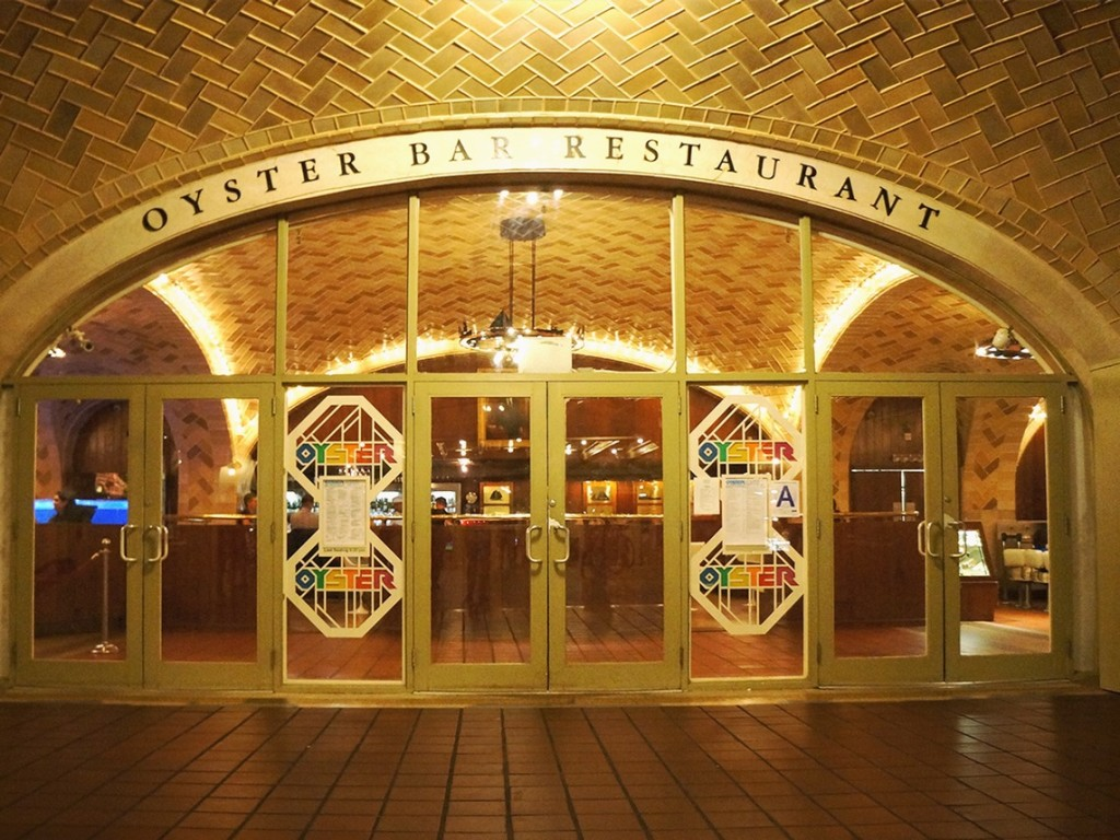 """Oyster bar and Restaurant"" localizado no piso inferior do terminal"